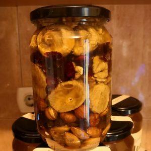 Tegla u kojoj je mješavina meda i suvog voća