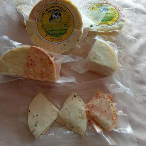 kombinacija sira sa zacinima bijeli luk, cili paprika,persun i obicni